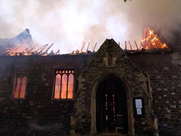 El interior adornado de la iglesia medieval fue destruido por el fuego. (Norfolk Fire & Rescue Service / Facebook)
