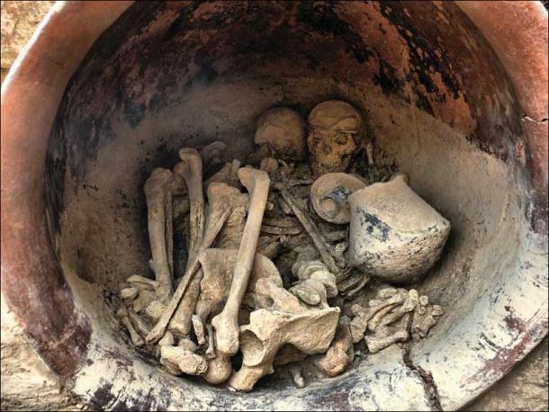 Vista del interior de la tumba, observe la diadema en el cráneo femenino. (crédito: Grupo de Investigación Arqueoecologia Social Mediterránea, Universidad Autónoma de Barcelona / Antiquity Publications Ltd)