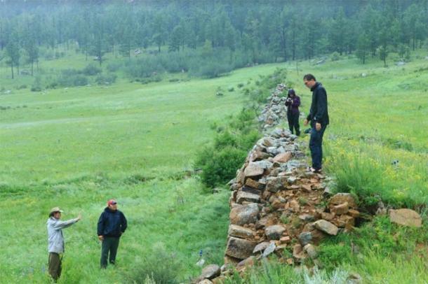Los investigadores evalúan una sección del muro. (Antiquity Publications Ltd)