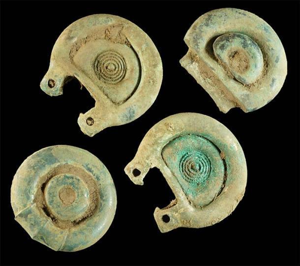 Artículos clave del hallazgo del tesoro de la Edad de Bronce en Escocia, que se cree que son piezas de un arnés de caballo de la Edad de Bronce, encontrados por el detector de metales aficionado Mariusz Stepien en junio de 2020. Fuente: Treasure Trove Scotland