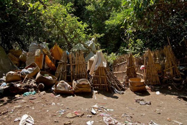 Jaulas de bambú que cubren al difunto, cementerio en la isla calavera. (Yusuf IJsseldijk / CC BY-SA 2.0)