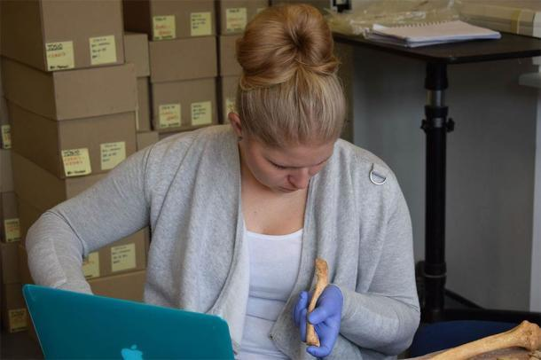 La Dra. Jenna Dittmar, trabajando en el Proyecto After the Plague en el Departamento de Arqueología de la Universidad de Cambridge, analiza huesos que datan de la Cambridge medieval. (Universidad de Cambridge)