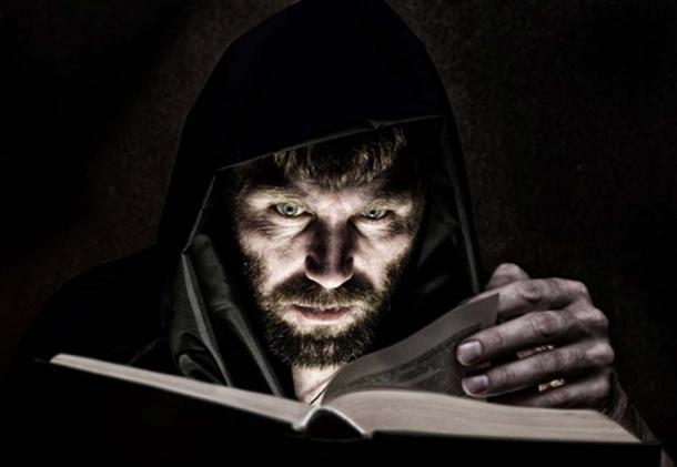 Joven leyendo del Libro Negro dejado por un hechicero que había fallecido. (sandyche/ Adobe)