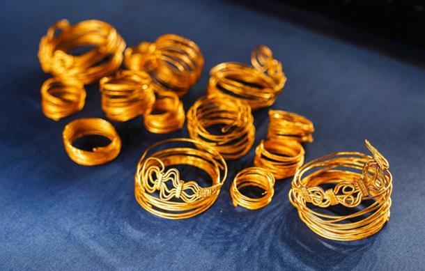 Joyas egipcias antiguas, pulseras y collares de oro (EdNurg / Adobe Stock)