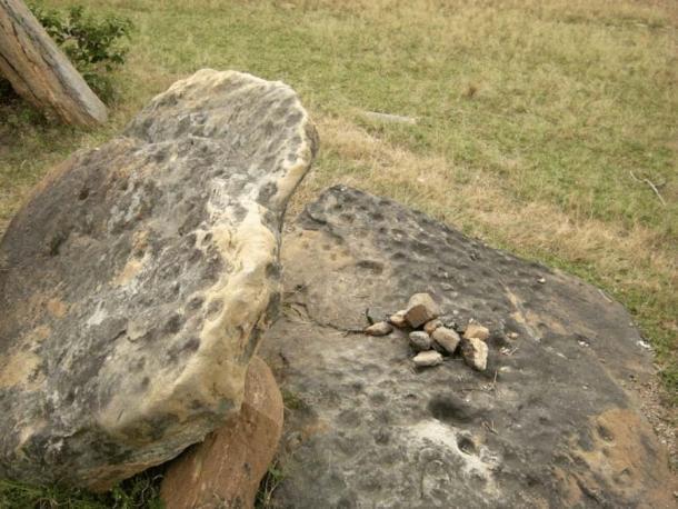 Piedras de Junapani en el sitio megalítico de Napo en Jharkhand, India oriental, que se han marcado con marcas de copa o cúpulas. (Subhashis Das / Puerta de investigación)