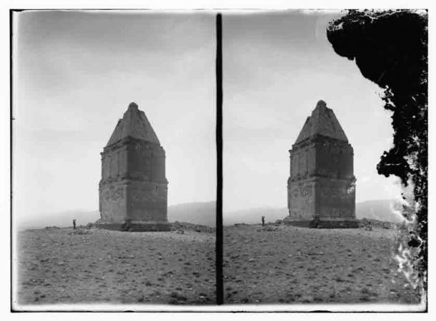 Kamouh el Hermel, también conocida como la Pirámide de Hermel, es una famosa tumba piramidal en el Líbano que data del siglo II a.C. (Dominio público)