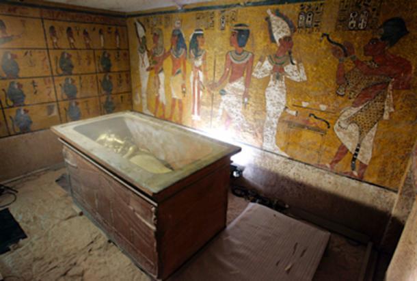 El rey Tutankamón en su sarcófago de piedra en su tumba subterránea en el famoso Valle de los Reyes en Luxor. (Nasser Nouri / CC BY-SA 2.0)