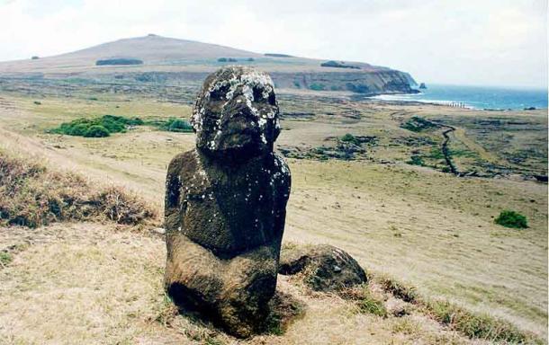 Se dice que un moai arrodillado se parece a las estatuas alrededor del lago Titicaca en América del Sur. (Brocken Inaglory / CC BY-SA 3.0)