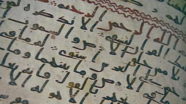 Primer plano de uno de los folios del Corán escrito en árabe hiyazí, hallado en la biblioteca de la Universidad de Birmingham.