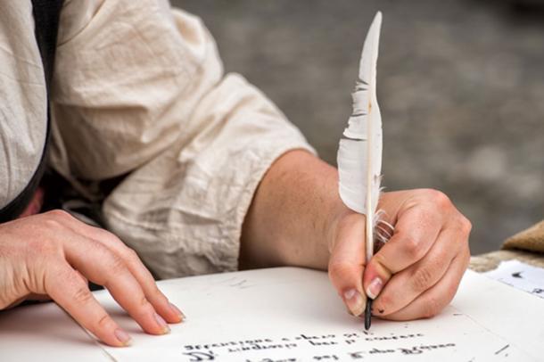 La escritura medieval histórica tradicional se hizo con una pluma, el instrumento utilizado por la mano trémula de Worcester (Andrea Izzotti / Adobe)
