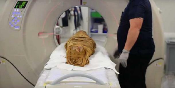 La momia ahora ha sido escaneada por un escáner CT de 320 detectores. (Captura de pantalla de Youtube)