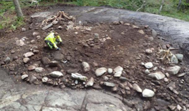 La piedra fálica fue encontrada erigida en el centro del monumento, con manchas de hollín a su alrededor. (Los arqueólogos / NHM)