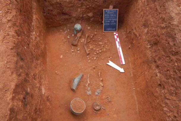 La tumba de un guerrero con casco de bronce y otros artículos funerarios. (Ministerio de Cultura griego)