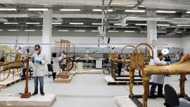 Laboratorio de restauración en el Gran Museo Egipcio con muchos artefactos de la tumba del Rey Tut. (Ministerio de Antigüedades)