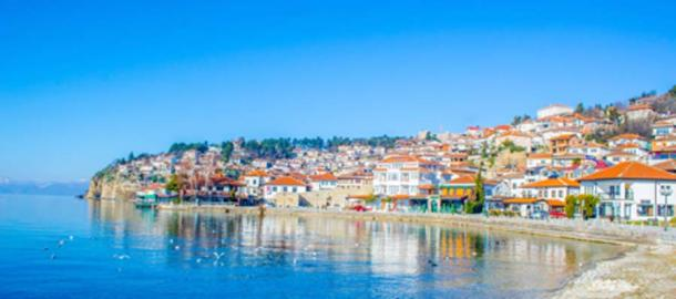 Lago Ohrid y vista de la parte histórica de la ciudad de Ohrid (dudlajzov / Adobe Stock)