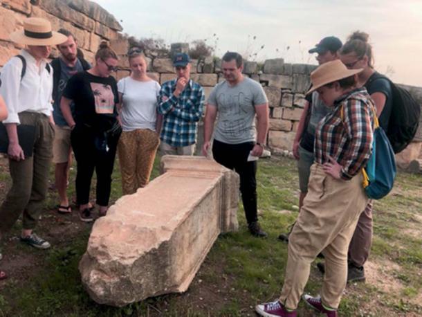 Inscripciones romanas encontradas en lápidas. (Proyecto Arqueológico Mustis / Facebook)