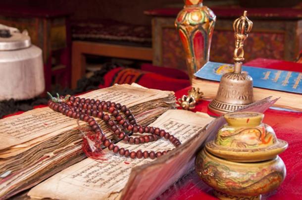 Las creencias tibetanas hasta hoy incluyen muchos artículos y prácticas rituales. (Maroš Markovič / Adobe)