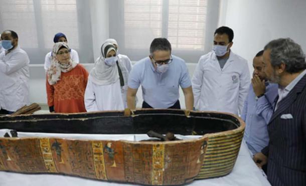 Las dos momias egipcias estaban dentro de sarcófagos de madera de colores. (Ministerio de Antigüedades)