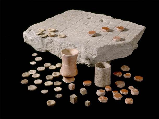 Versión del juego de mesa Ludus Latrunculorum encontrado en El fuerte romano de Housesteads o Roman Corbridge, en los siglos II-III d.C., conservado en el pueblo y museo romano de Corbridge. (Imagen: English Heritage)