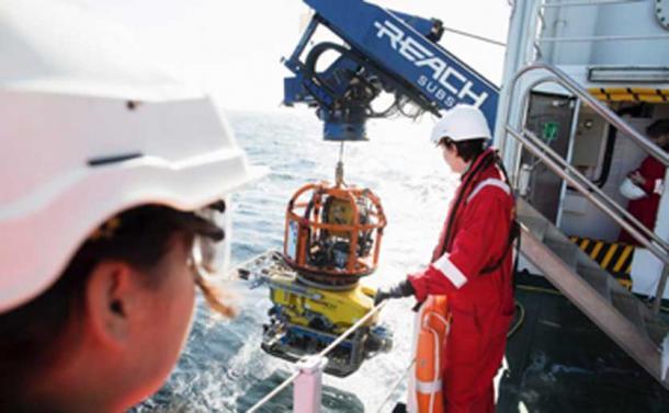 Lanzamiento del ROV, para explorar el naufragio, desde el Explorador de Stril. (MMT / Universidad de Southampton)