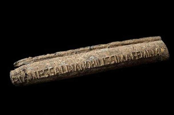 Tubería de agua de plomo romana, 20-47 d.C., con el nombre del propietario en la tubería: 'La dama más notable, Valeria Messalina' (tercera esposa del emperador romano Claudio). (CC BY 4.0)