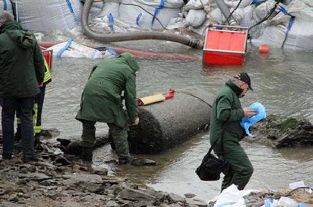 Al igual que las bombas de Pompeya, las bombas sin explotar de la Segunda Guerra Mundial están en todas partes. Este fue encontrado en el Rin cerca de Coblenza en 2011. (Schaengel / CC BY-SA 3.0)