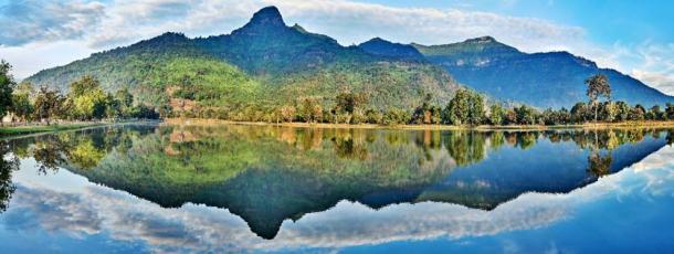 La montaña sagrada de Phou Khao en forma de Lingam se refleja en el baray (estanque de riego) del complejo del templo Vat Phou. (Dmitry Volochaev/ Adobe stock)
