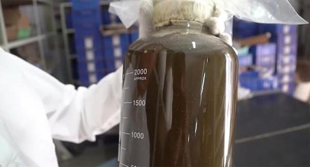 El líquido marrón será probado por colegas en Beijing. (Imagen: Arqueología de Sanmenxia)