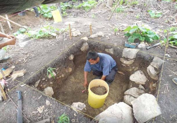 Miembro de la comunidad local durante excavaciones arqueológicas de casas en el antiguo sitio maya de Ix Kuku'il, Belice. (Amy Thompson / PLoS One)