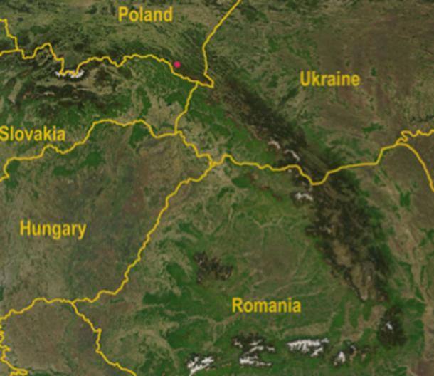 Ubicación del descubrimiento de la cabeza de mazo en Polonia: mapa satelital de las montañas de los Cárpatos con el Paso de Dukla en las Montañas de los Cárpatos, señalado con un punto rojo. (Qorilla / Dominio Público)