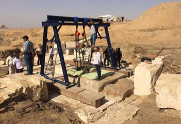Los arqueólogos llegaron a la cámara funeraria de la pirámide de 3.800 años de antigüedad y descubrieron los restos de un sarcófago mal conservado y una caja de madera con tres líneas de jeroglíficos. (Ministerio egipcio de antigüedades)