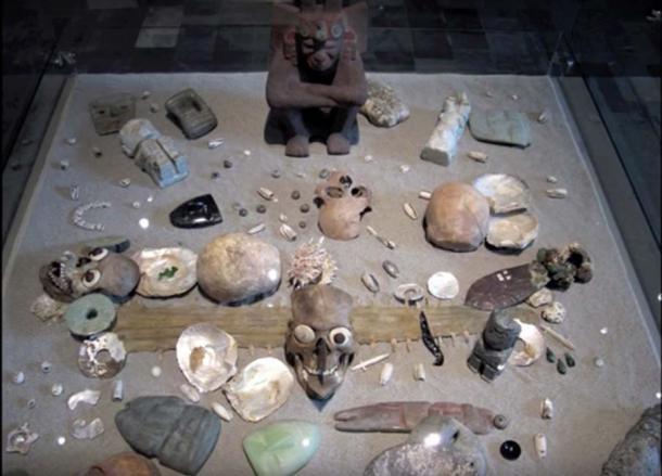 Los arqueólogos tienen numerosos artículos en un sitio que se cree que es un entierro real azteca. (Leonardo López Luján)