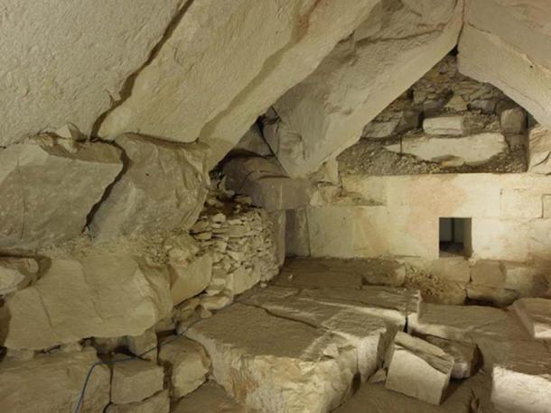 Los departamentos funerarios de la pirámide del rey Djedkare antes de su consolidación. (Sandro Vannini)
