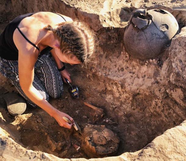 Los expertos esperan obtener información a partir del estudio posterior del sitio, la espada y los artefactos recuperados. (Mamai Gora / Facebook)
