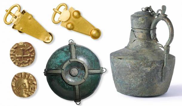 Los objetos encontrados en el sitio de entierro de Prittlewell incluyen una hebilla de cinturón de oro, una garrafa de aleación de cobre del Mediterráneo, un cuenco decorativo colgante y monedas de oro. (MOLA)