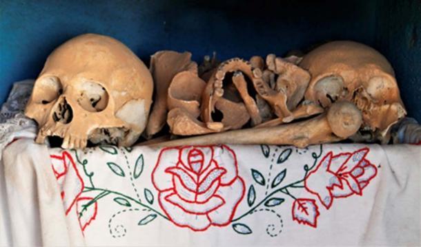 Los restos de los antepasados se muestran en el Día de los Muertos. (© georgefery.com)