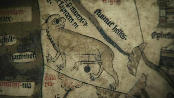 Un lince sobre el Mapmundi de Hereford, con afilados dientes y garras.