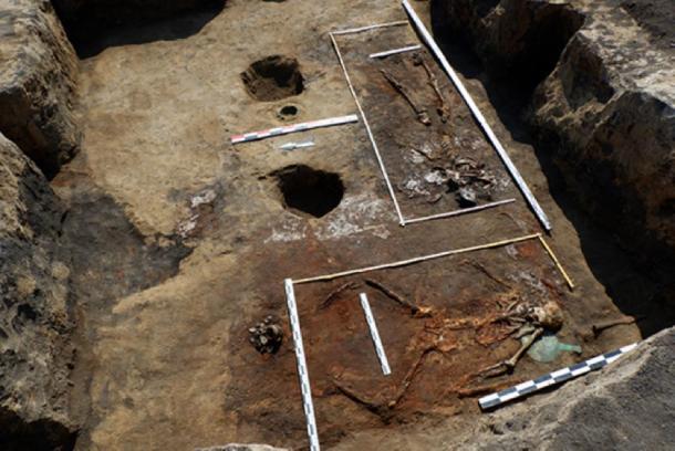 """Sirvienta V. Barrow No. 9. Vista general de la fosa de enterramiento, incluida la segunda mujer (individuo No. 2; 30-35 años) enterrada a lo largo del muro occidental con su cabeza hacia el sur en el llamado. """"Pose del jinete"""". (Imagen: archaeolog.ru)"""