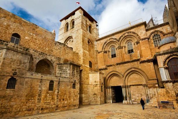 Entrada principal de la Iglesia del Santo Sepulcro en la Ciudad Vieja de Jerusalén (frag / Adobe Stock)