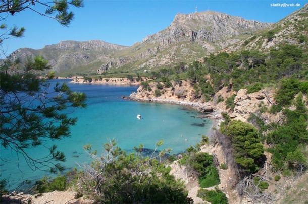 El abrigo de Mallorca, donde se descubrieron las ánforas. (sladky / CC BY-SA 3.0)