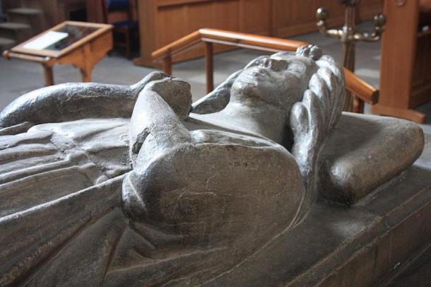 Marjorie Bruce estatua en su tumba en Paisley Abbey, donde se puede ver la gárgola alienígena. (Stephencdickson / CC BY-SA 4.0)