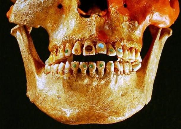 'Bling' maya en un cráneo masculino encontrado en Chiapas, México. Fuente de la foto.