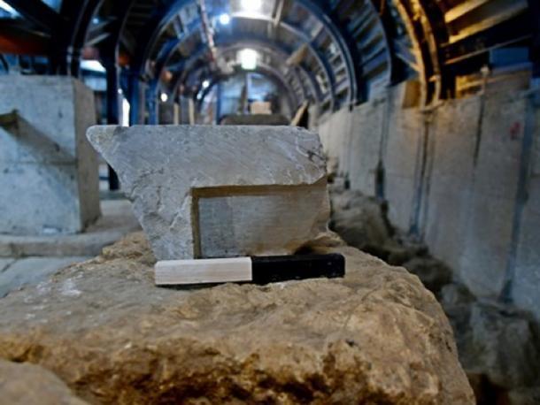 """La mesa de medición desde la vista lateral, que se muestra en el sitio de excavación del """"antiguo mercado de Jerusalén"""". (Ari Levi / Autoridad de Antigüedades de Israel)"""