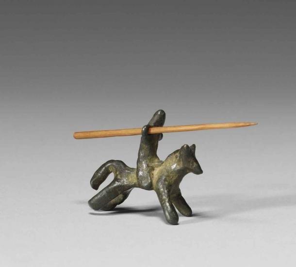 Este caballero medieval montado en un juguete de bronce, del siglo XIII al XIV, es uno de los primeros soldados de juguete que conocemos. (Museo de Arte Walters)