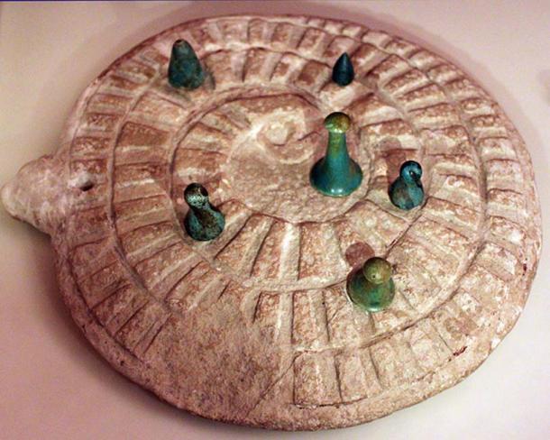 Juego de Mehen con piedras de juego, de Abydos, Egipto. (CC BY 3.0 )