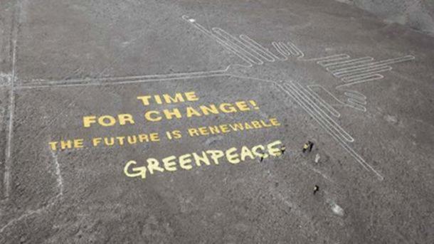 Mensaje de Greenpeace en el paisaje de Nazca junto a un antiguo geoglifo. (CC BY-NC-ND 2.0 )