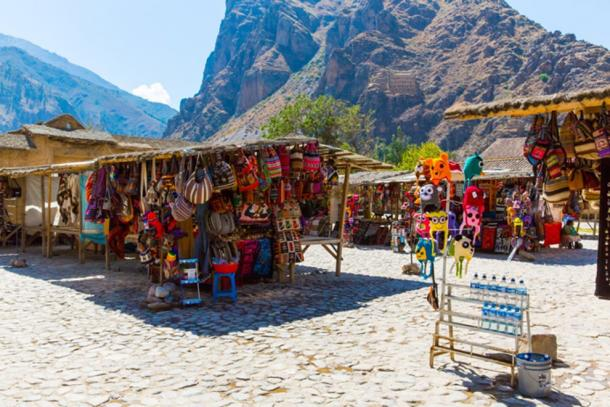 Mercado de souvenirs en la calle Ollantaytambo, Perú, cerca de Machu Picchu. (vitmark / Adobe)