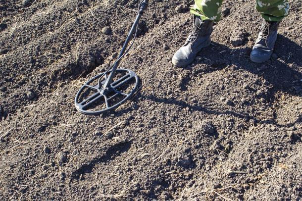 El broche romano fue descubierto por un detector de metales en un campo arado. (Torkhov / Adobe Stock)