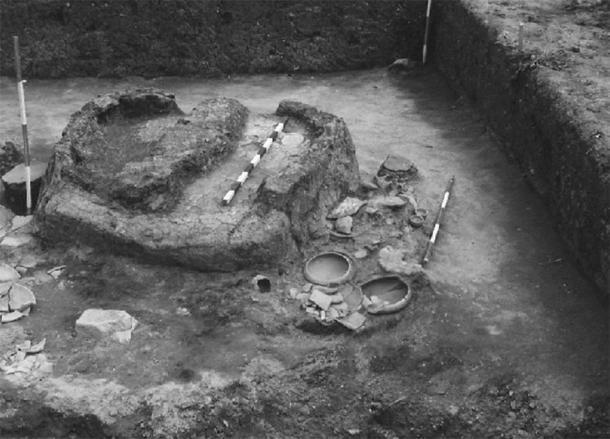 Innovaciones metalúrgicas durante la Edad del Bronce: característica de la cultura Vinča tardía en la trinchera 6 en Belovode excavada en 1997 que consistía en tres hornos y una chimenea acompañados de 35 recipientes enteros y numerosos fragmentos de cerámica, así como figurillas antropomórficas y zoomorfas (bovinas) (D. Šljivar)