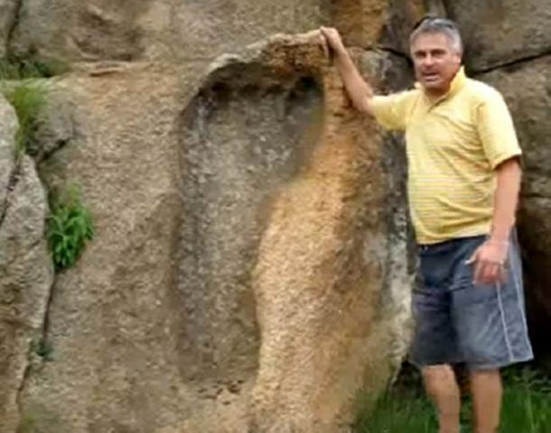 Michael Tellinger con la huella masiva en la roca en África (captura de pantalla de Youtube)
